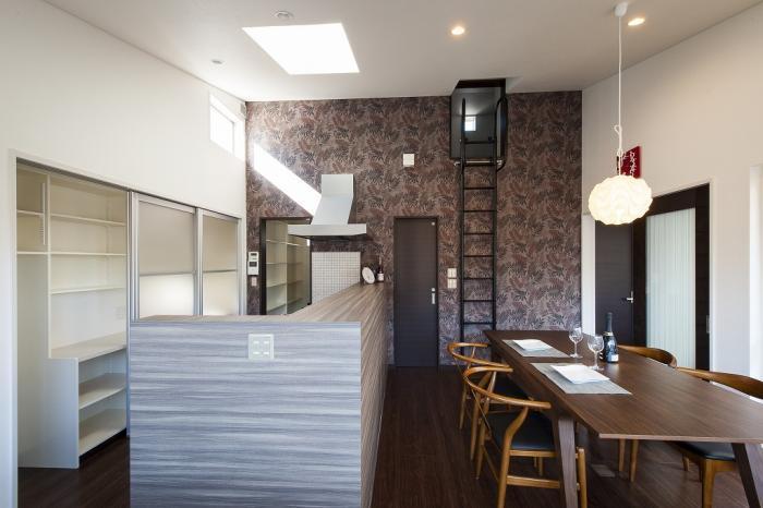 ライトコートとオープンテラスがある家・キッチンと背面パントリー
