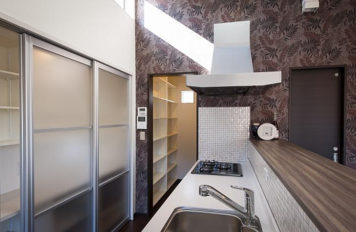 ライトコートとオープンテラスがある家・奥に見える棚が、食品専用パントリー