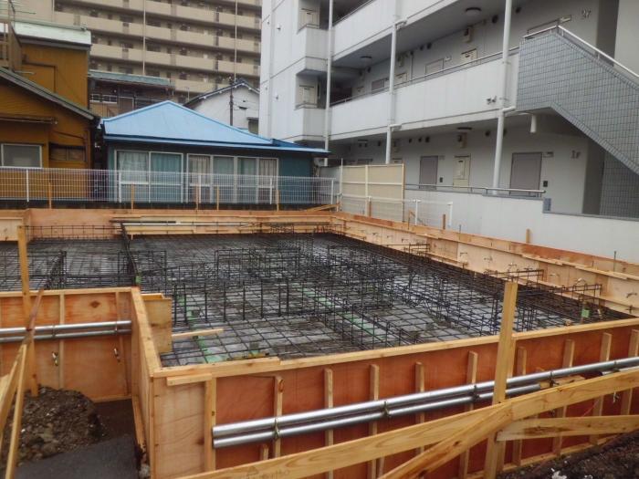 立ち上がり基礎コンクリートを同時に打設する一体化基礎は、それほど特殊な工法ではありません。  専用の工法や材料もある様ですが、昔からある木製型枠を使って施工