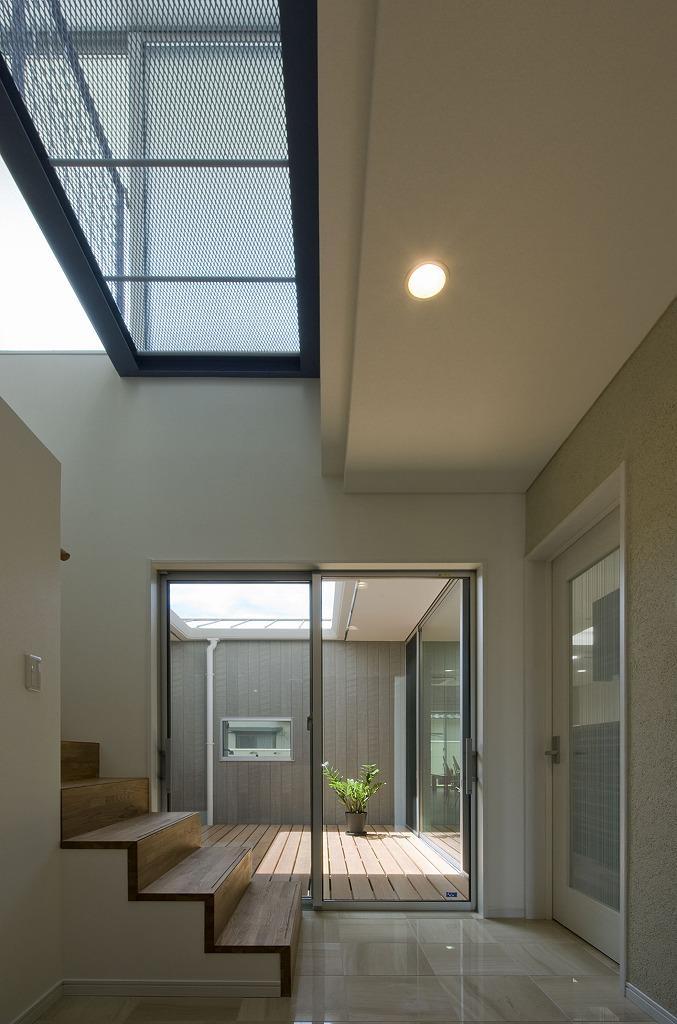 3つのデッキテラスを囲むコートハウス・玄関