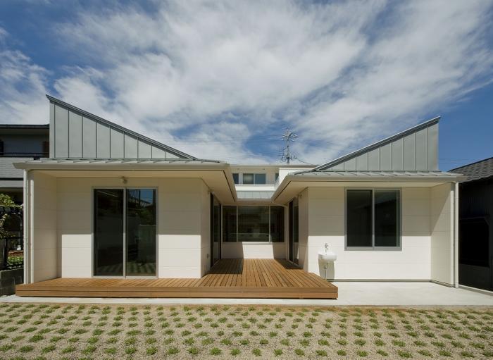 3つのデッキテラスを囲むコートハウス・外観