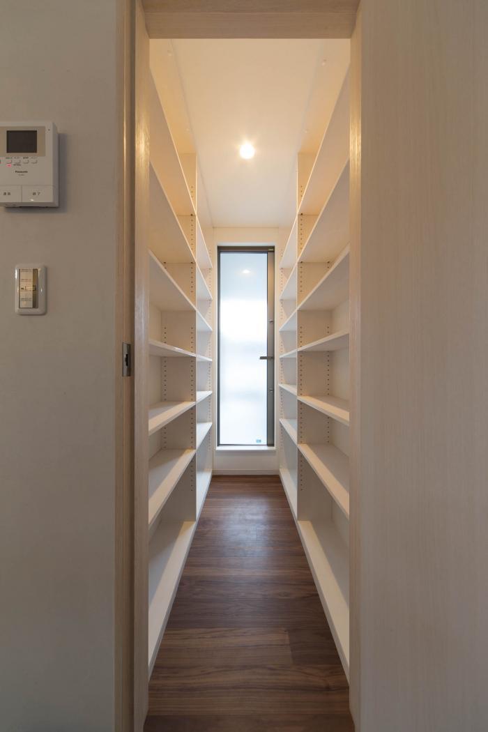 プライバシーを尊重した(完全)二世帯住宅・パントリー内部。正面扉を開けるとサービスバルコニー(生ゴミ等置場)