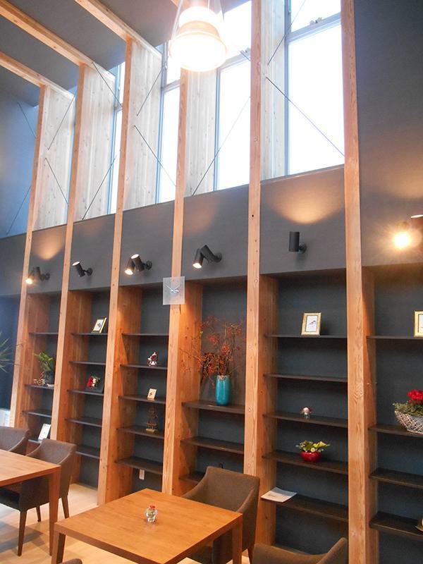 本箱を生花や静物の展示棚として活用していただきました。